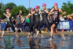 Début A du Triathlon des femmes d'élite Image stock