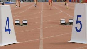 Début et course d'athlètes de femmes clips vidéos