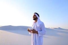 Début merveilleux de matin pour le type arabe au milieu du De énorme Images stock