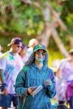Débutant de femme dans la course d'amusement de frénésie de couleur image libre de droits