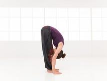 Débutant de recourbement en avant étirant la pose de yoga Image stock