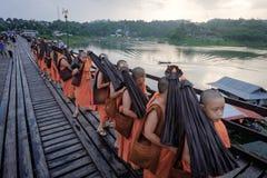 Débutant marchant sur le pont en bois (400 m longtemps fait à la main) Photo libre de droits