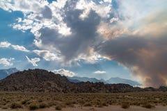 Débuts du feu de forêt dans les montagnes orientales de Sierra Nevada - Georges Fire photos libres de droits