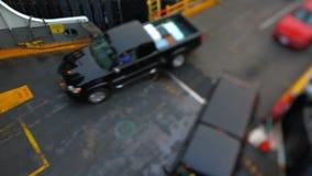 Décalage d'inclinaison de voitures d'embarquement de ferry de Seattle banque de vidéos