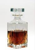 Décanteur de whiskey à moitié plein avec l'esprit Photographie stock