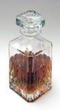 Décanteur de whiskey à moitié plein avec l'esprit (vue supérieure) Photos libres de droits