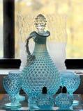 Décanteur en verre de bulle bleue de vintage avec des verres Image libre de droits