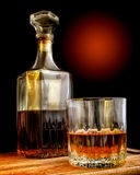 Décanteur en verre et en verre avec de l'alcool images stock