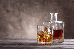 Décanteur et verre carrés de whiskey Photographie stock