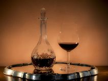 Décanteur et verre de tige pour Bourgogne photographie stock libre de droits