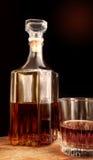 Décanteur et verre en verre avec de l'alcool images libres de droits