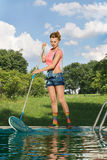 Décapant de piscine au travail Photographie stock libre de droits