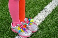 Décapants de tuyau colorés sur des chaussures de sport Photographie stock