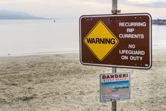 24 décembre 2017 baie de Morro/CA/Etats-Unis - courants de DÉCHIRURE périodiques de avertissement aucun signe signalé en service  photos libres de droits