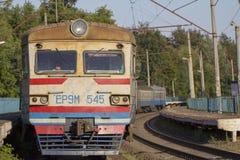 20 décembre 2018 l'Ukraine, Bucha : Le train électrique se tient à la gare ferroviaire Images stock