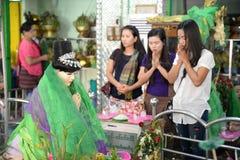 16 décembre 2016 les personnes de Myanmar respectent pour Amadaw Mya Nan Nwe photo stock