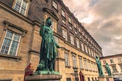 5 décembre 2016 : Les statues à la place de Bertel Thorvaldsens font face dedans Image stock