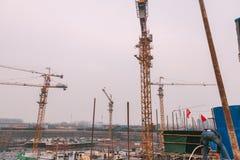 18 décembre 2014 Pékin Activité professionnelle sur un chantier de construction dans la ville avec des grues et des travailleurs image stock