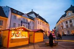 24 décembre 2014 SIBIU, ROUMANIE Lumières de Noël, Noël juste, humeur et marche de personnes Photographie stock