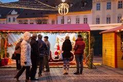 24 décembre 2014 SIBIU, ROUMANIE Lumières de Noël, Noël juste, humeur et marche de personnes Images libres de droits