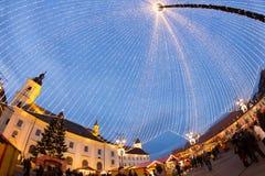 24 décembre 2014 SIBIU, ROUMANIE Lumières de Noël, Noël juste, humeur et marche de personnes Image stock