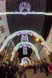 24 décembre 2014 SIBIU, ROUMANIE Lumières de Noël, Noël juste, humeur et marche de personnes Photos libres de droits