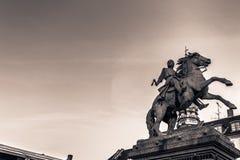 2 décembre 2016 : Statue à fond gris d'un chevalier médiéval dans le cent Image libre de droits