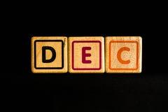 Décembre sur cubique en bois sur le fond noir Image stock