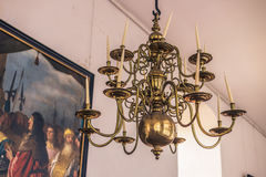 3 décembre 2016 : Vieux lustre à l'intérieur de château de Kronborg, Denmar Photographie stock libre de droits