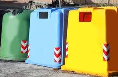 décharge coloré par trois pour rassembler le papier utilisé en verre et le m en plastique photographie stock