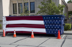 Décharge de déchets de drapeau américain images libres de droits