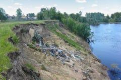 Décharge de déchets sur la banque de la rivière Images libres de droits
