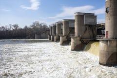 Décharge de l'eau au barrage Images libres de droits