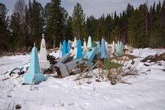 Décharge de vieux monuments près du cimetière au printemps images stock