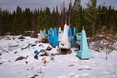 Décharge de vieux monuments près du vieux cimetière de village au printemps photographie stock libre de droits