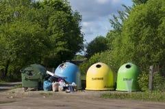 Décharge des déchets dans le bois Photographie stock