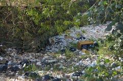 Décharge en plein air de déchets dans un lit de la rivière du Cambodge photographie stock