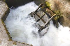 Décharge traitée de l'eau photo stock