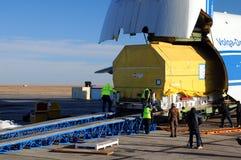An-124 déchargeant dans l'aéroport Images libres de droits