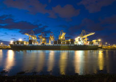 Déchargement d'un navire porte-conteneurs Photographie stock libre de droits