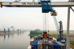 Déchargement d'un navire porte-conteneurs dans le port maritime de Stetting, la Pologne Photographie stock libre de droits