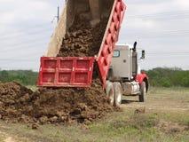 Déchargement de camion à benne basculante Photo stock