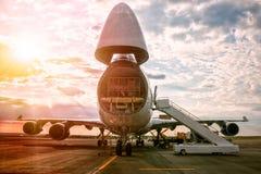Déchargement de l'avion à fuselage large de cargaison Photo libre de droits