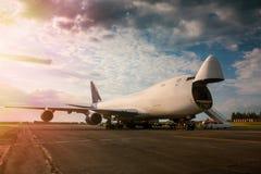 Déchargement de l'avion large de cargaison de transport de corps dans le soleil de matin Photo stock