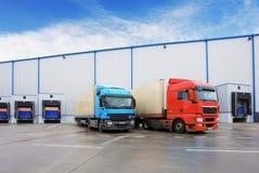 Déchargement du camion de cargaison au bâtiment d'entrepôt Photo libre de droits