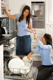 Déchargement du lave-vaisselle Photographie stock libre de droits