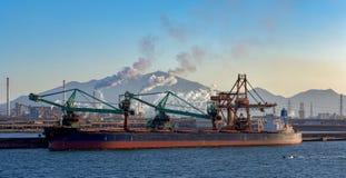 Déchargeur continu spécial de charbon de bateau images stock