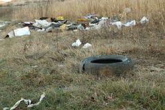 Déchets abandonnés en nature Image stock
