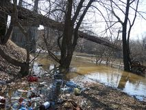 Déchets, bouteilles, boue au printemps Catastrophe environnementale image libre de droits