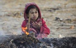 Déchets brûlants de jeune enfant birman - Myanmar images stock
